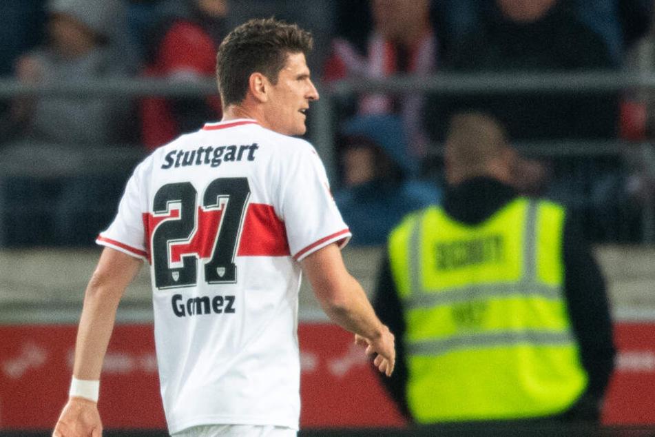 Hier schlendert VfB-Stürmerstar Mario Gomez gegen Gladbach über den Platz: Ist er gegen Hertha BSC zurück in der Startelf?