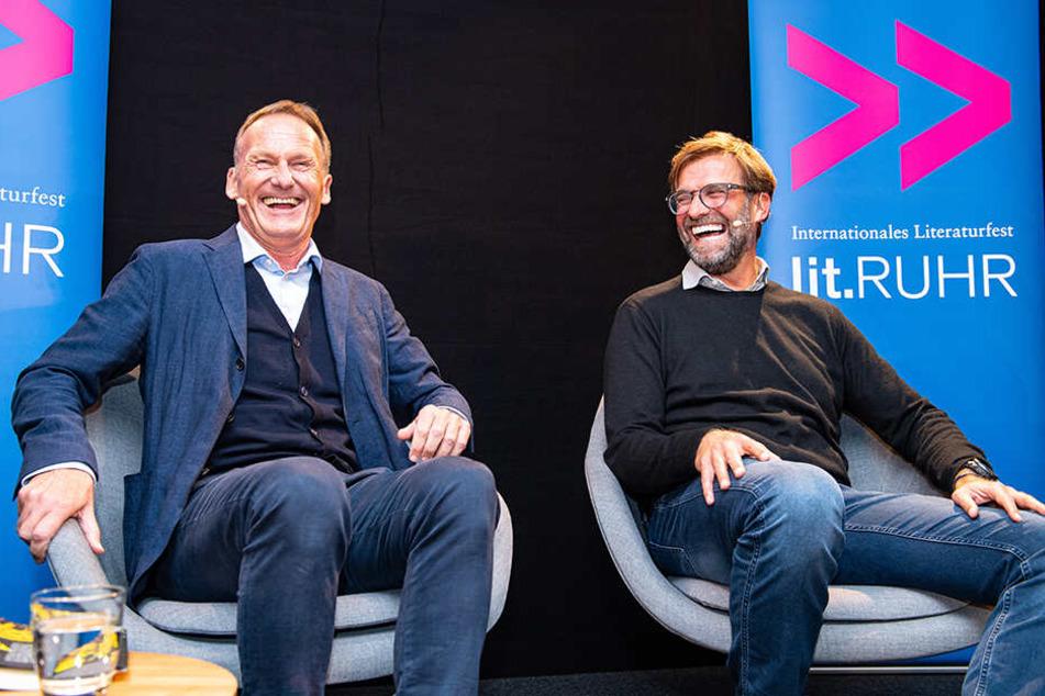 Hans-Joachim Watzke (l.), Geschäftsführer von Borussia Dortmund, und Fußballtrainer Jürgen Klopp lachen bei der Vorstellung der Biografie von Watzke.