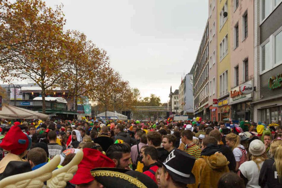 Das Ganze geschah mitten im Zentrum der Feierlichkeiten auf dem Heumarkt in der Kölner Altstadt. (Symbolbild)