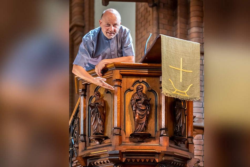 Pfarrer Jens Märker (53) freut sich, dass den zerstörerischen Insektenlarven der Appetit auf seine Kanzel vergangen ist.