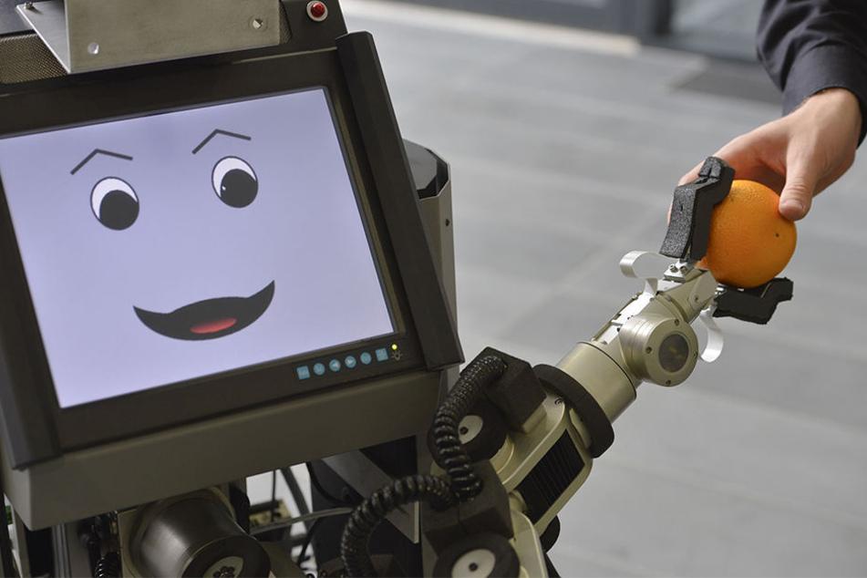 """Der CITEC-Roboter """"ToBi"""" tritt bei dem """"RoboCup German Open"""" gegen andere Roboter an."""