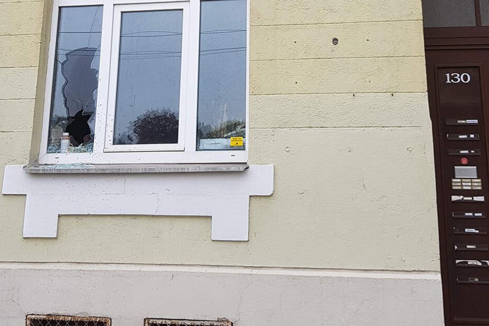 Die Täter warfen ein Fenster ein und kippten dann eine stinkende Flüssigkeit in das Haus.