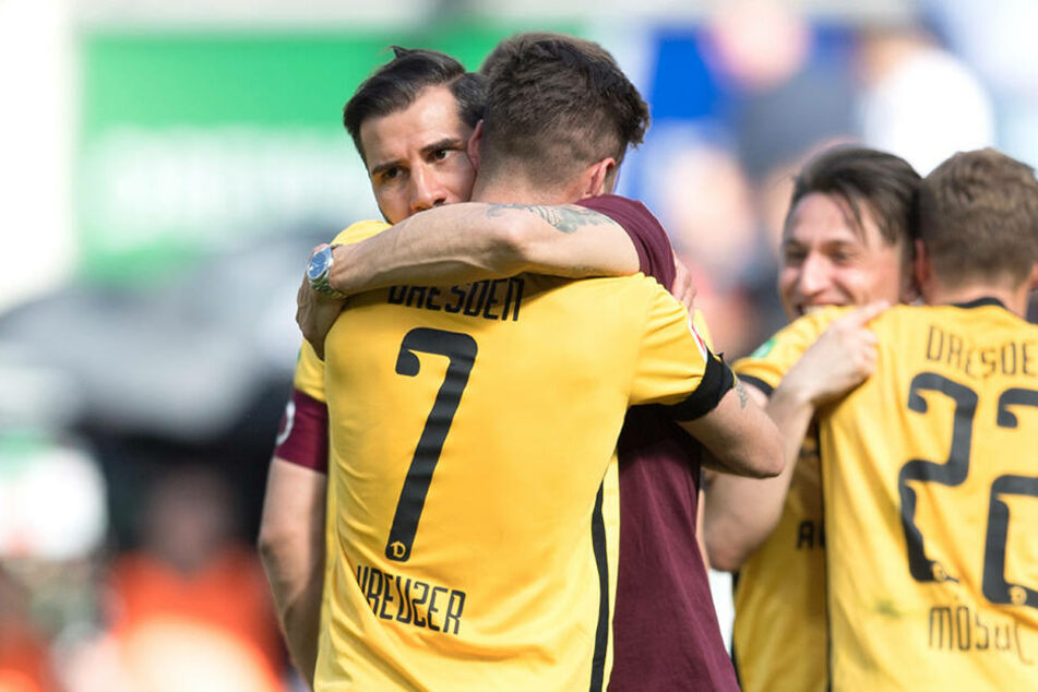 Nach dem Sieg gegen Köln herzt Dynamo-Coach Cristian Fiel seinen Spieler Niklas Kreuzer (Rückennummer 7). Auch Patrick Möschl (rechts) und Baris Atik umarmen sich.