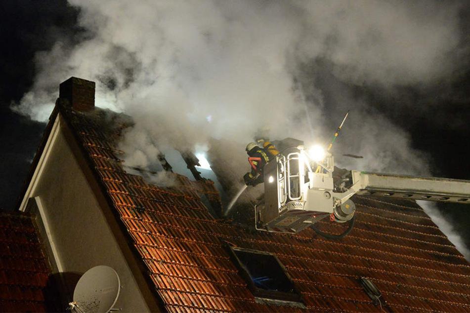 Die Feuerwehr hat den Brand im Dachstuhl schnell löschen können.