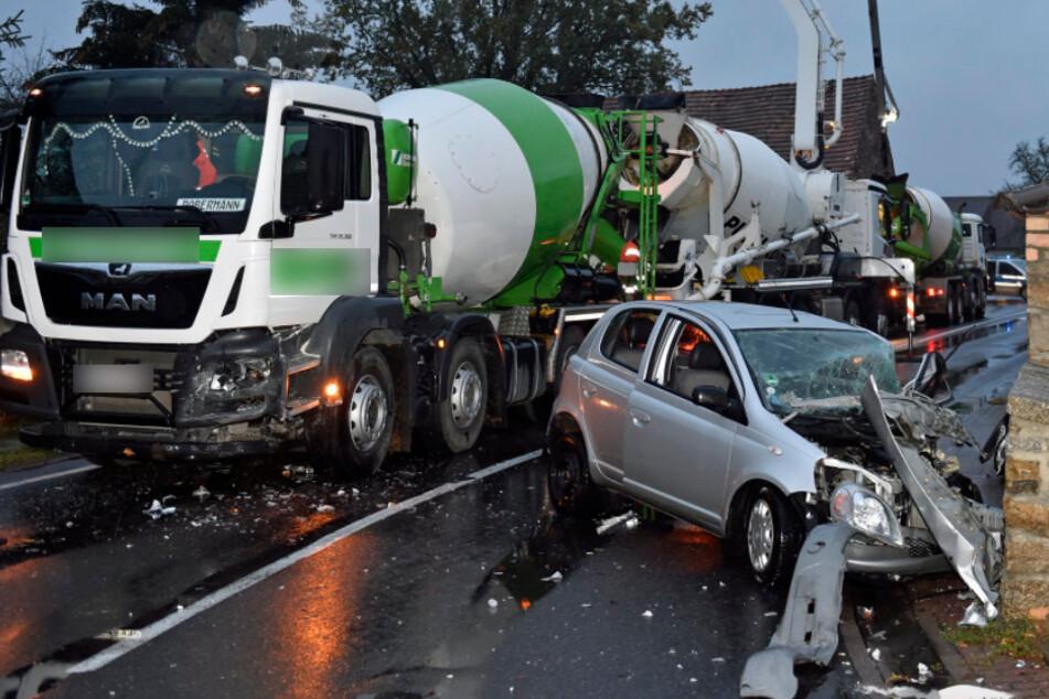 Der demolierte Toyota und der Betonmischer.