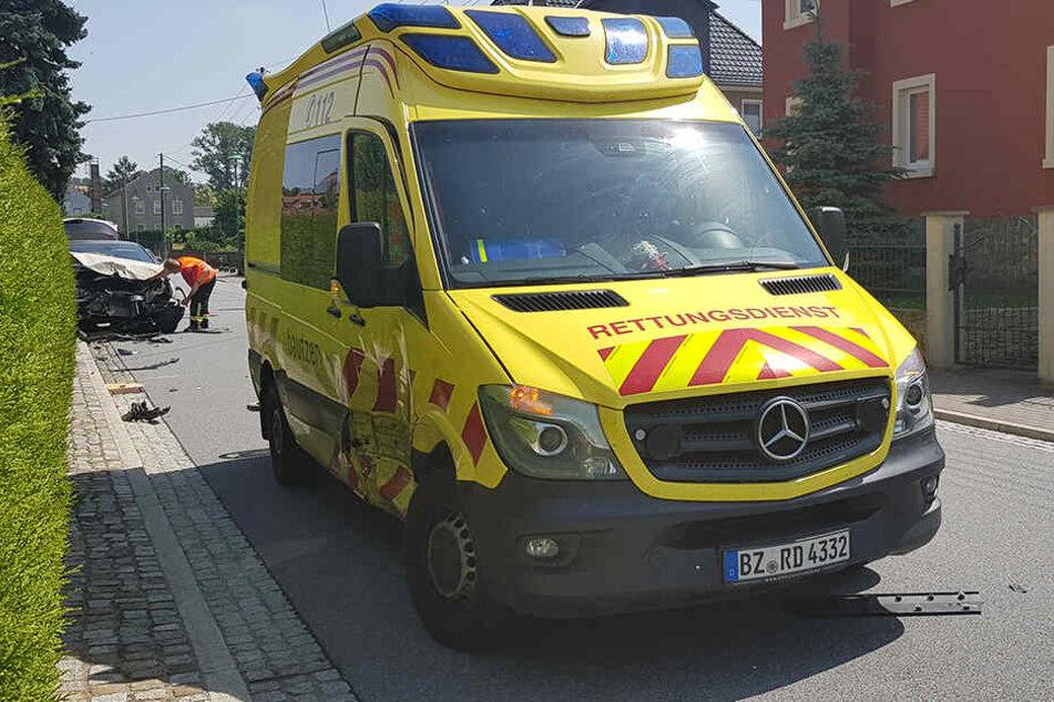 An der Seite sieht man, wo der Renault auf Rettungswagen krachte.