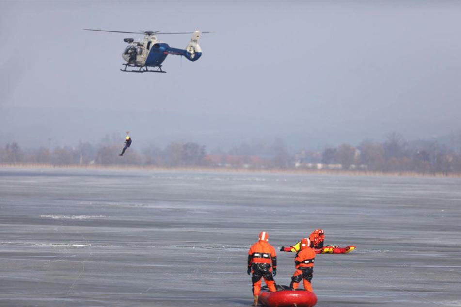 Die Rettungskräfte suchten mit Booten und einem Hubschrauber nach dem Vermissten.
