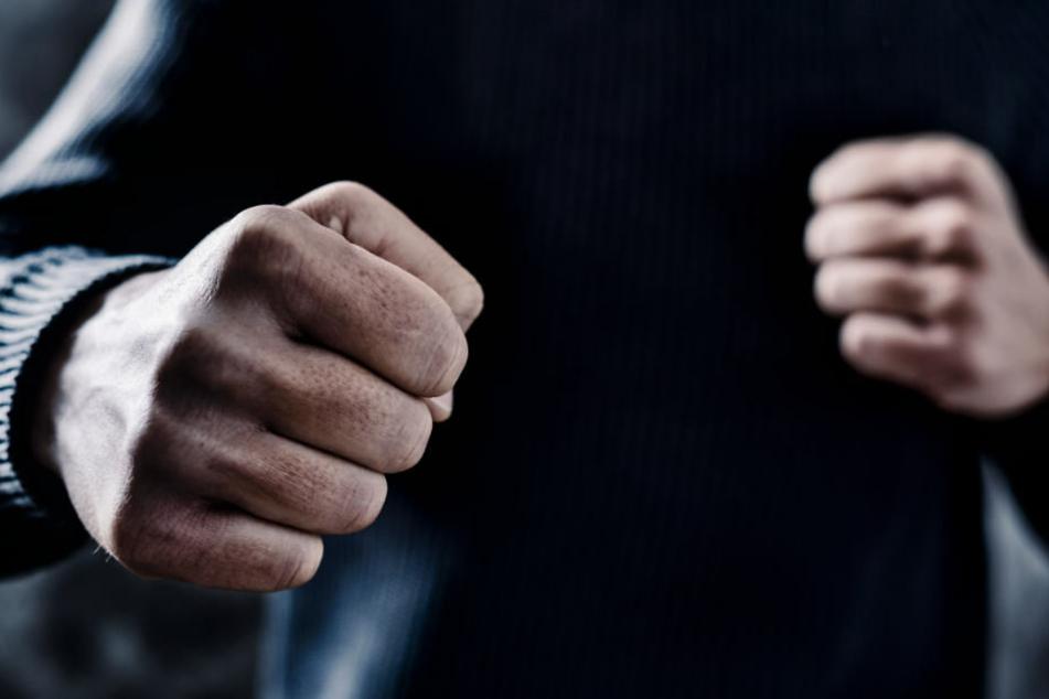 Der Täter entriss der 75-Jährigen die Handtasche, woraufhin diese stürzte und sich das Handgelenk brach. (Symbolbild)