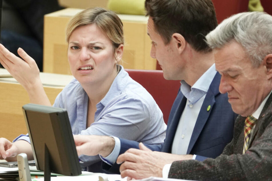 Katharina Schulze (l.) von den Grünen gestikuliert, Horst Arnold (r., SPD) macht Notizen.