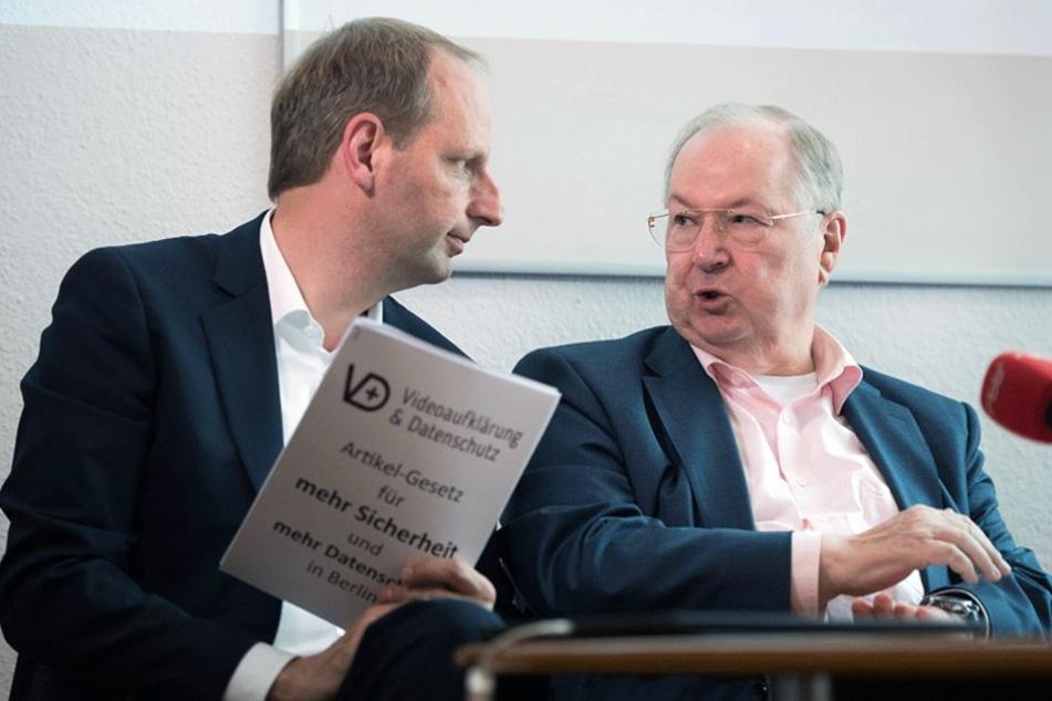 Berlins früherer Innensenator Thomas Heilmann (l, CDU) und der frühere Bezirksbürgermeister von Neukölln, Heinz Buschkowsky (SPD), während der Pressekonferenz für mehr Videoüberwachung.