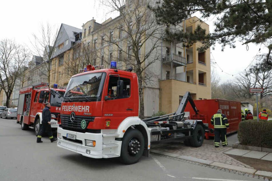 Großeinsatz der Feuerwehr in Chemnitz: Wohnung durchsucht