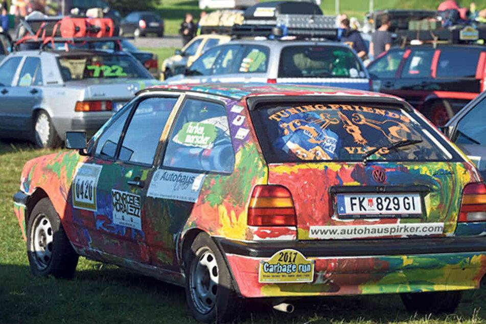Die VW-Rostlaube aus Österreich wird scheinbar nur noch von der Farbe und den zahlreichen Aufklebern zusammengehalten.