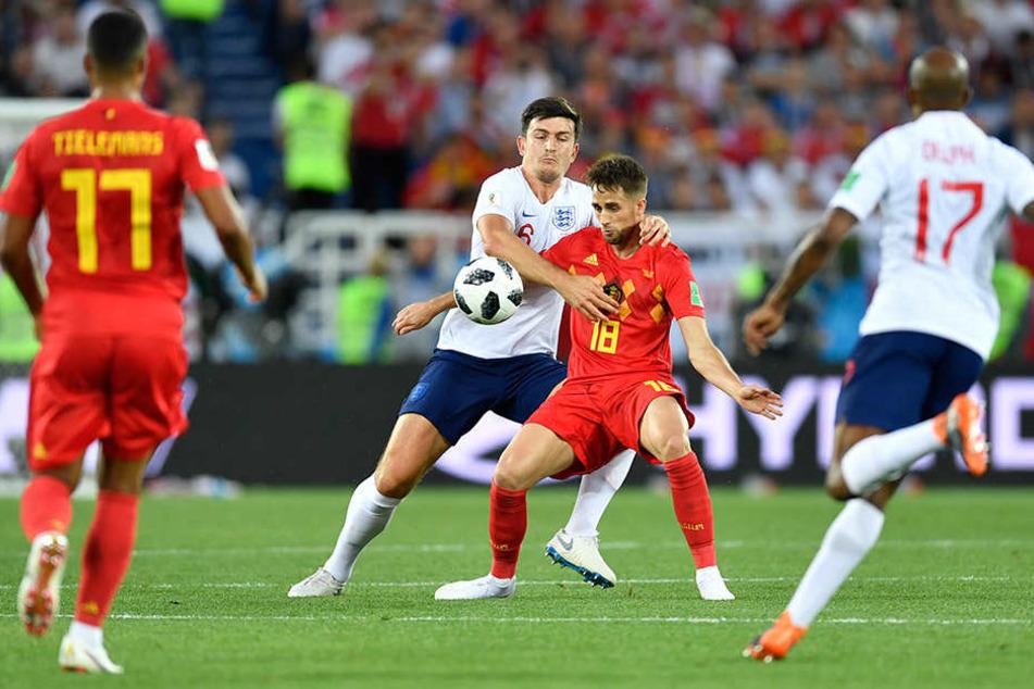 Harry Maguire (l.) aus England und Adnan Januzaj aus Belgien kämpfen um den Ball.
