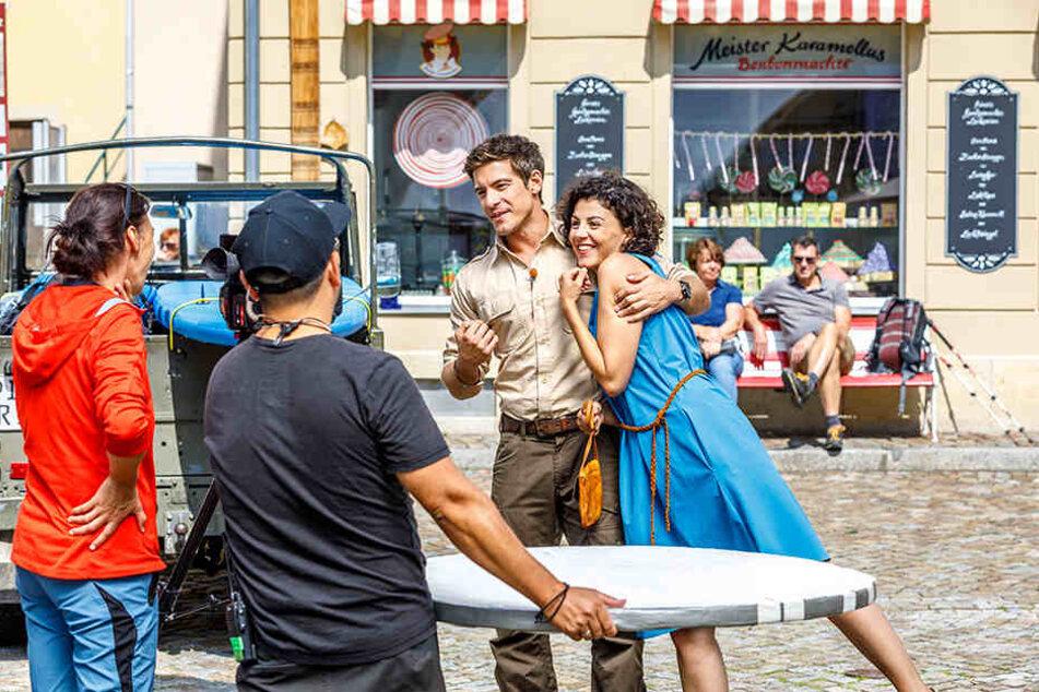 Philipp Danne (34) in seiner Rolle als Jonas Waldeck und seine Serien-Liebe Lisa Tzschirner (32) alias Emilia am Set.