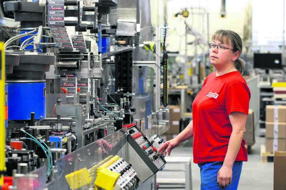 Mitarbeiterin Katrin Schramm (51) hat derzeit viel zu tun. Die Maschinen rotieren ohne Unterlass.