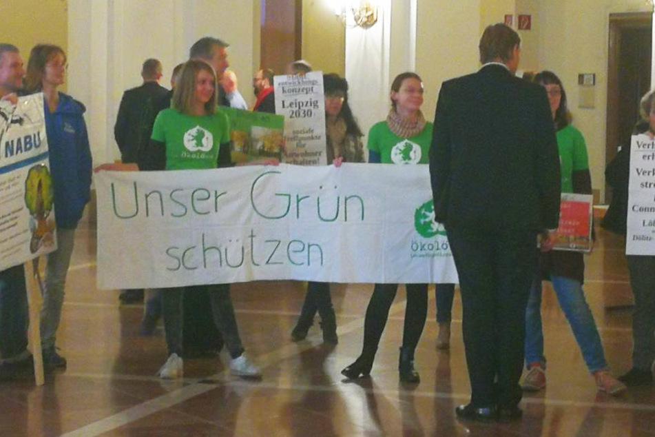"""Vor der Ratssitzung im November übergab das Netzwerk """"Leipzig kohlefrei"""" Oberbürgermeister Burkhard Jung (3. v. r.) die Petition mit etwa 2000 Unterschriften."""
