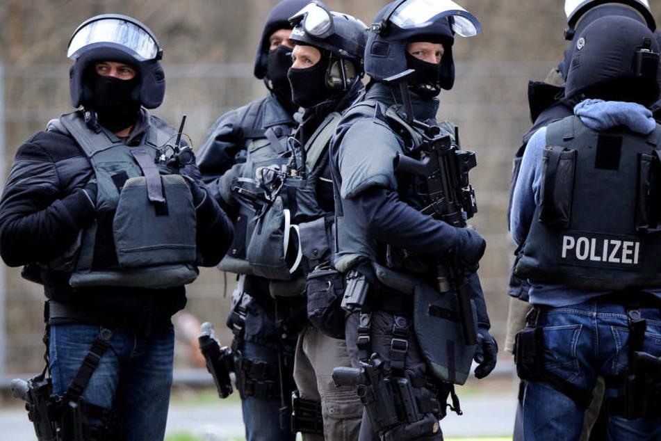 In einer Polizeiaktion wurden bundesweit Durchsuchungen durchgeführt und menschen festgenommen.