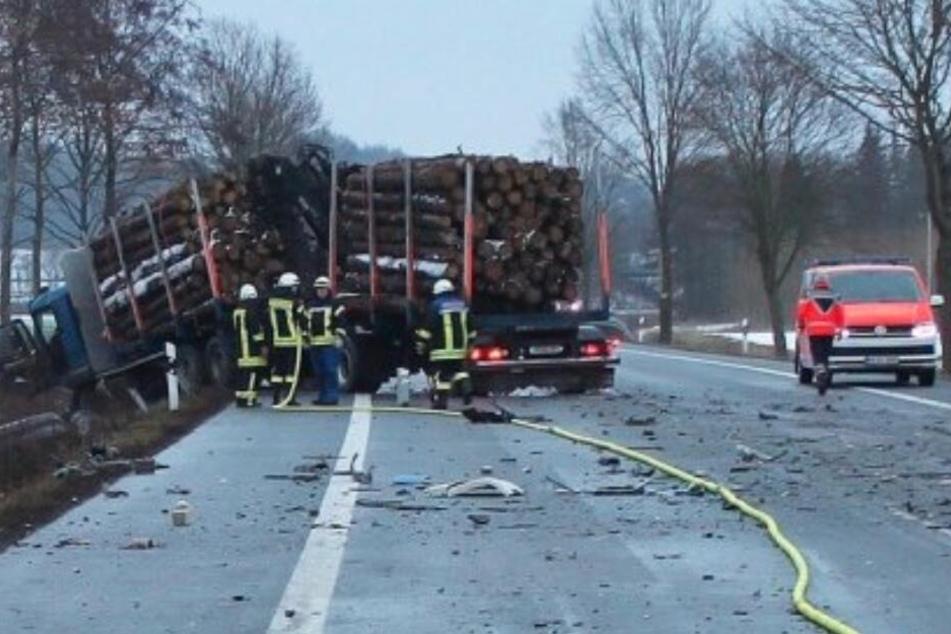 Der Lkw kam auf der Gegenfahrbahn zum Stehen.