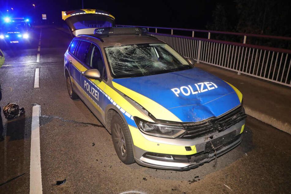 Der Funkwagen der Polizei wurde schwer beschädigt.