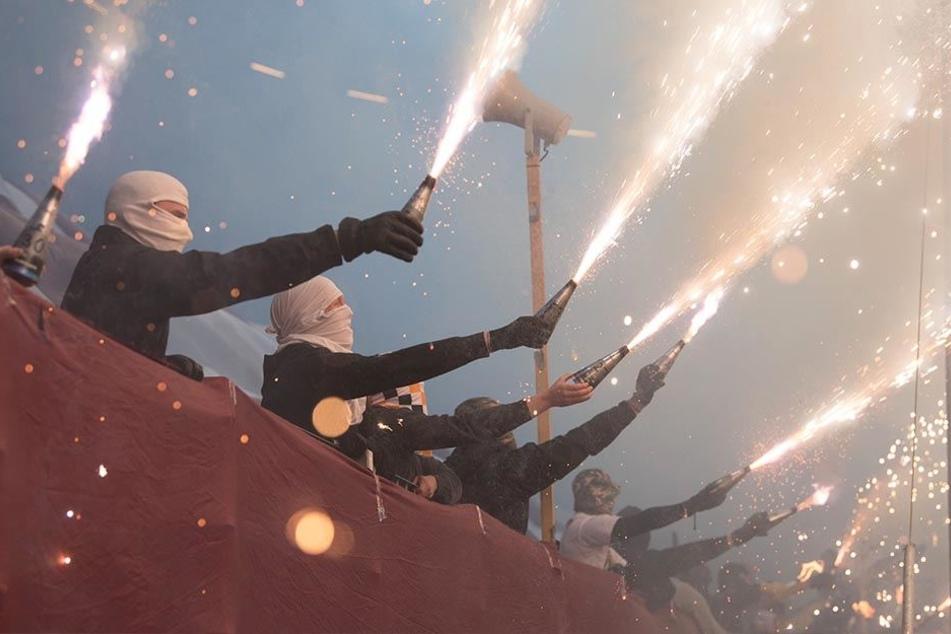Die Fans von Dynamo Dresden zündeten vor dem Spiel gegen den 1.FC Kaiserslautern Pyrotechnik.
