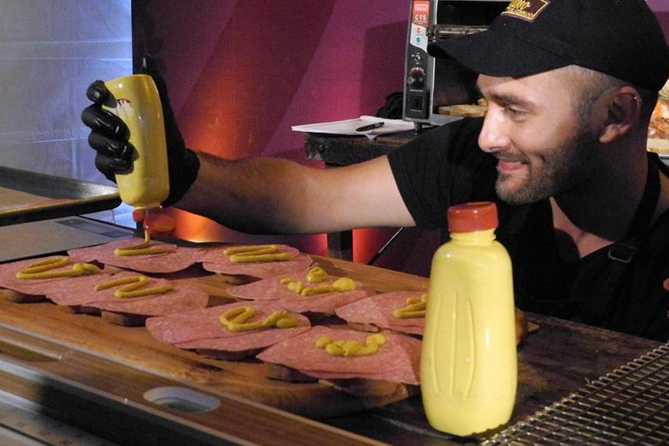 Gute Vorbereitung ist alles: Irwin bestreicht 66 Scheiben Toast mit Senf.