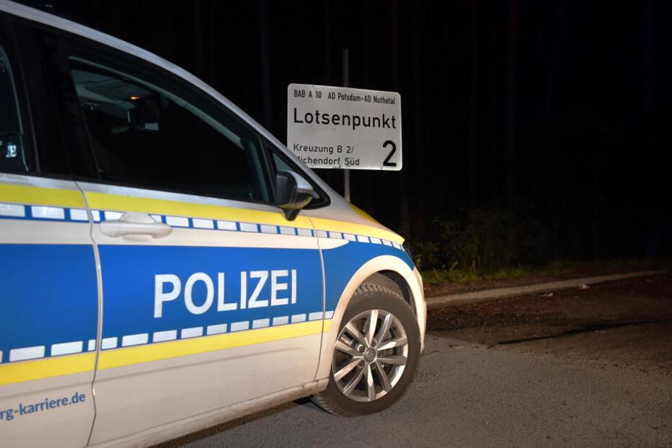 Wegen eines Polizeieinsatzes ist die Autobahn A10 in der Nacht zwischen den Anschlussstellen Ferch und Michendorf in beide Fahrtrichtungen gesperrt worden.