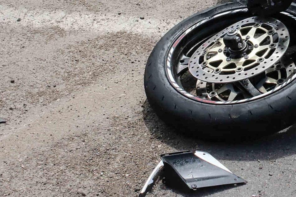 Junge Motorradfahrerin (30) stirbt auf Landstraße