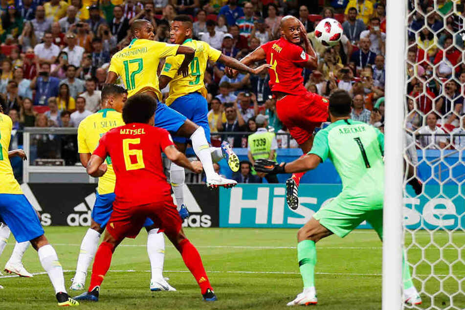Der Anfang vom Ende für Brasilien: Fernandinho (Nummer 17) verlängert den Ball unglücklich zum 0:1 ins eigene Tor.