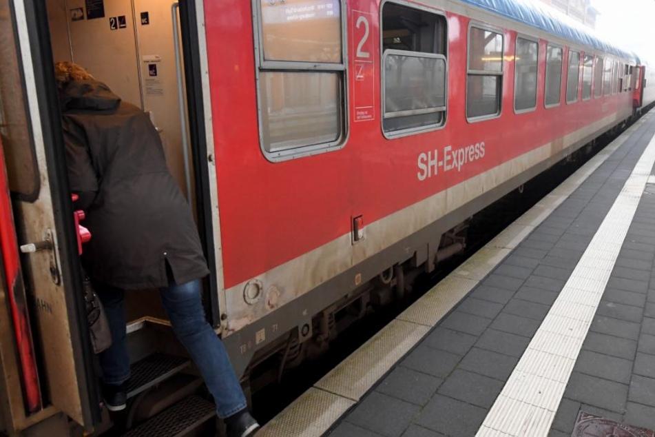 Der Junge war ohne Jacke am Bahnhof unterwegs. (Symbolbild)