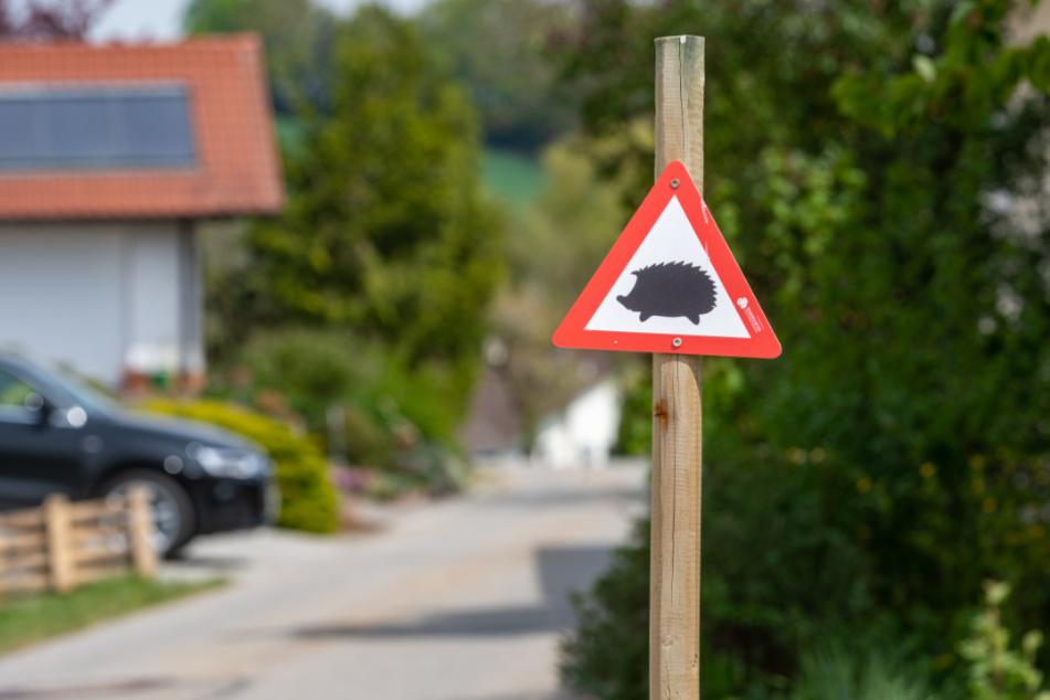 Ein Schild weist darauf hin, vorsichtig zu fahren.