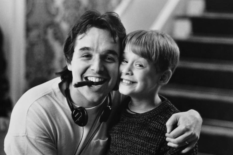Director Chris Columbus (l.) on set with Macaulay Culkin.