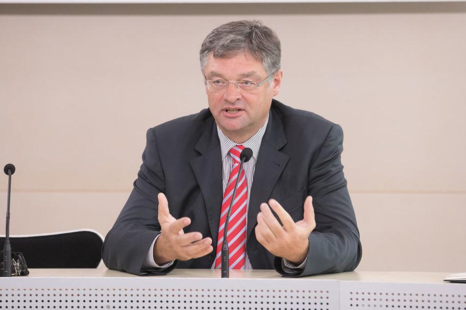 FDP-Chef Holger Zastrow (49) will Genschmar weiter in der FDP/FB-Fraktion im Stadtrat halten.