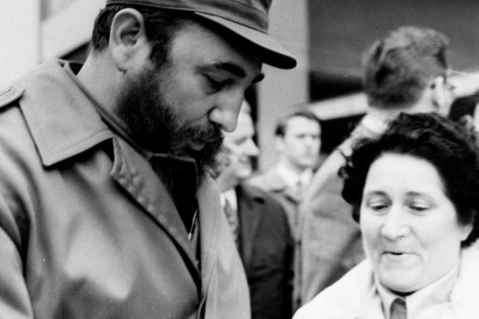 Diese Aufnahme zeigt eine Panne: Die Frau hätte gar nicht zu Fidel durch kommen  sollen!