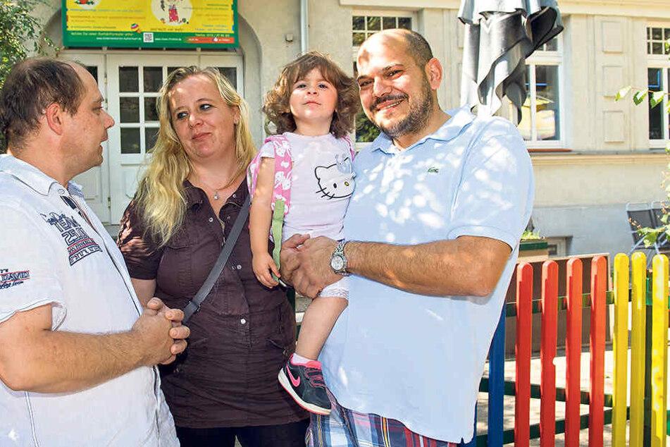 Tagespapa Michael Schreinert (46, l.) hat Nicole (33) und Thilo Hahn (38)  vorübergehend einen Platz für Tochter Leila (2) angeboten.