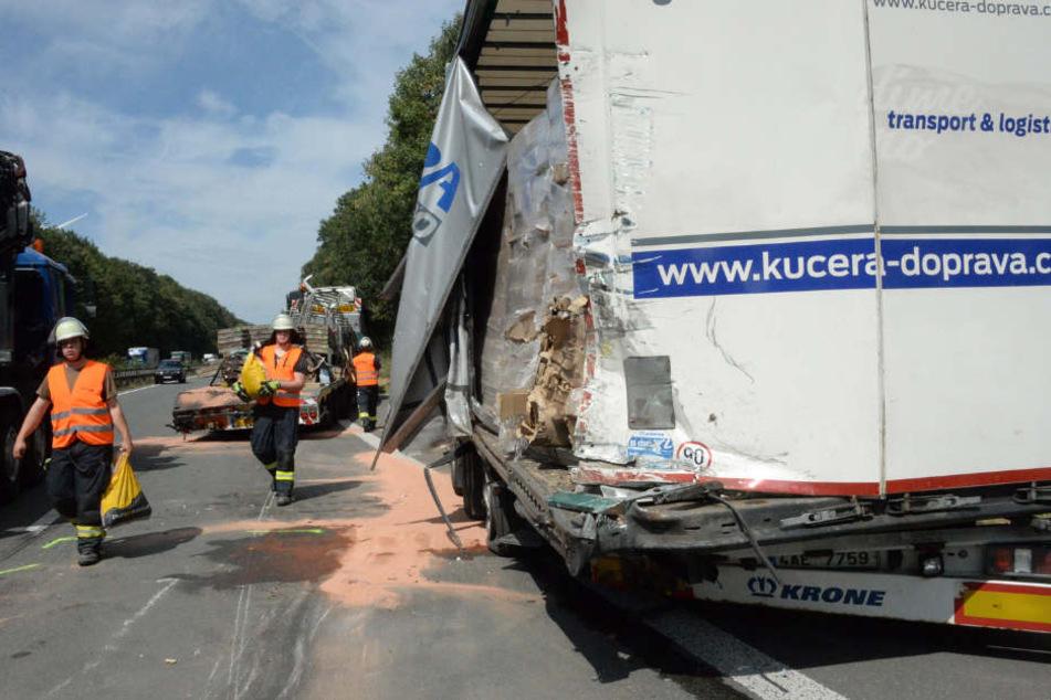 Bei einem Lkw wurde der Auflieger komplett an der Seite aufgerissen.