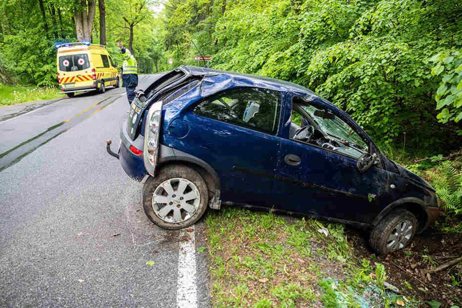 Der Krankenwagen brachte den leicht verletzten Opelfahrer in ein Krankenhaus.