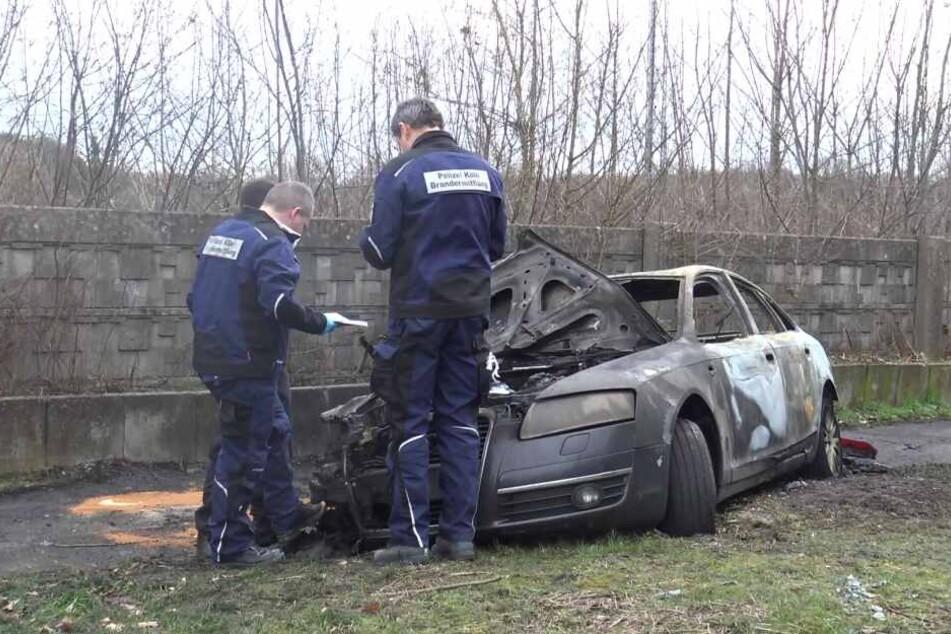 Der dunkle Audi wurde nach kurzer Flucht angezündet aufgefunden.