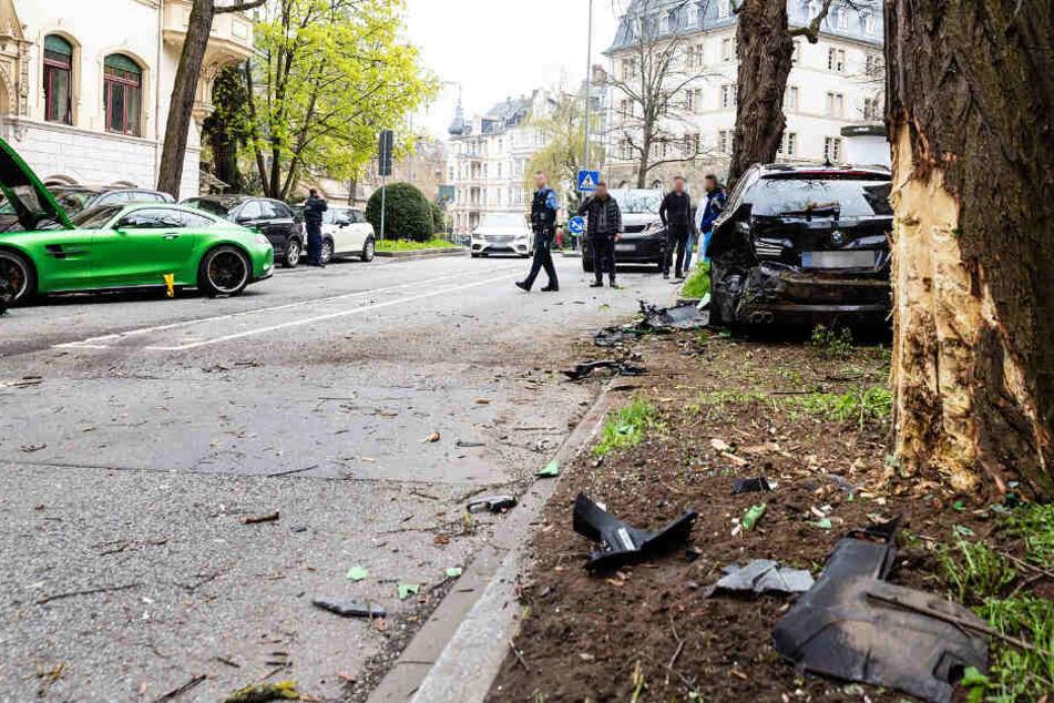 Das Foto zeigt die Zerstörungen, die der Sportwagen auf seinem Weg hinterließ.