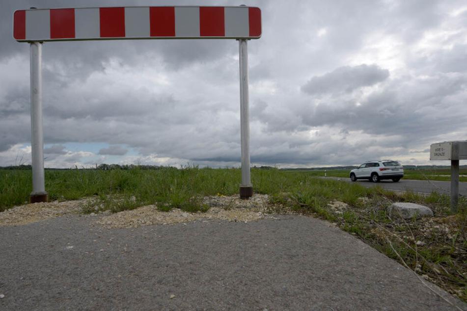 Radfahrer müssen am Ende des Weges auf eine gefährliche Landstraße wechseln, auf der Autos teils mit hohem Tempo fahren.