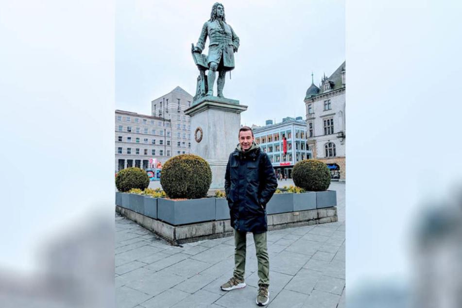 Kai Pflaume vor dem Händel-Denkmal in Halle (Saale). Der Moderator war für Dreharbeiten in seiner alten Heimat.
