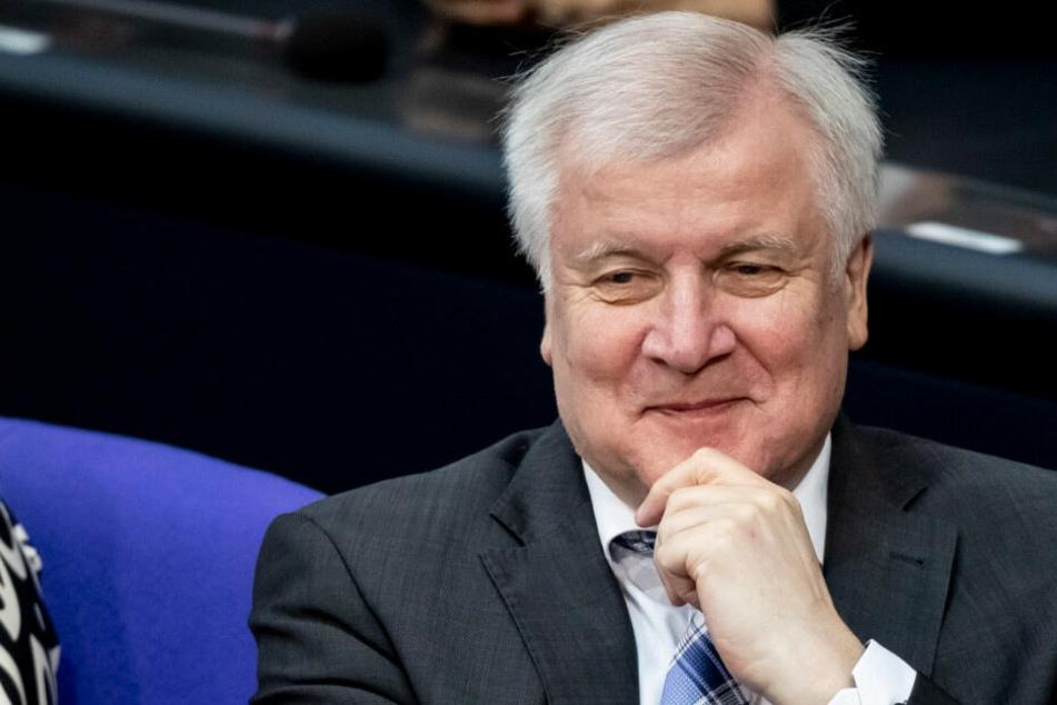 Horst Seehofer lächelt vor der Abstimmung.