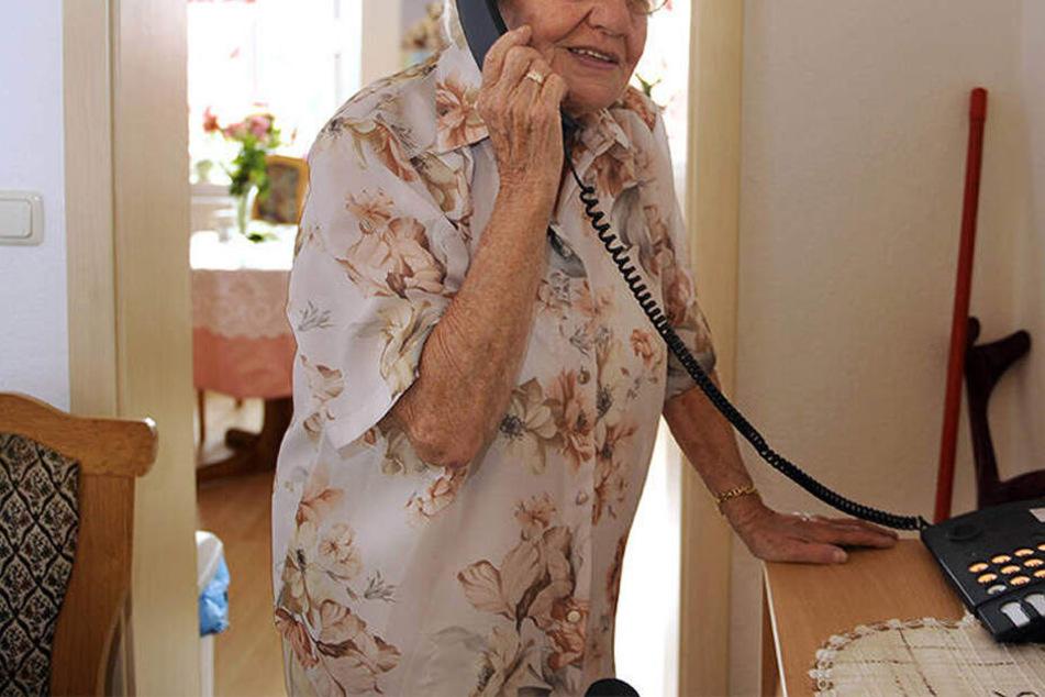 Die 83-Jährige saß einer besonders fiesen Betrügermasche auf (Symbolbild).