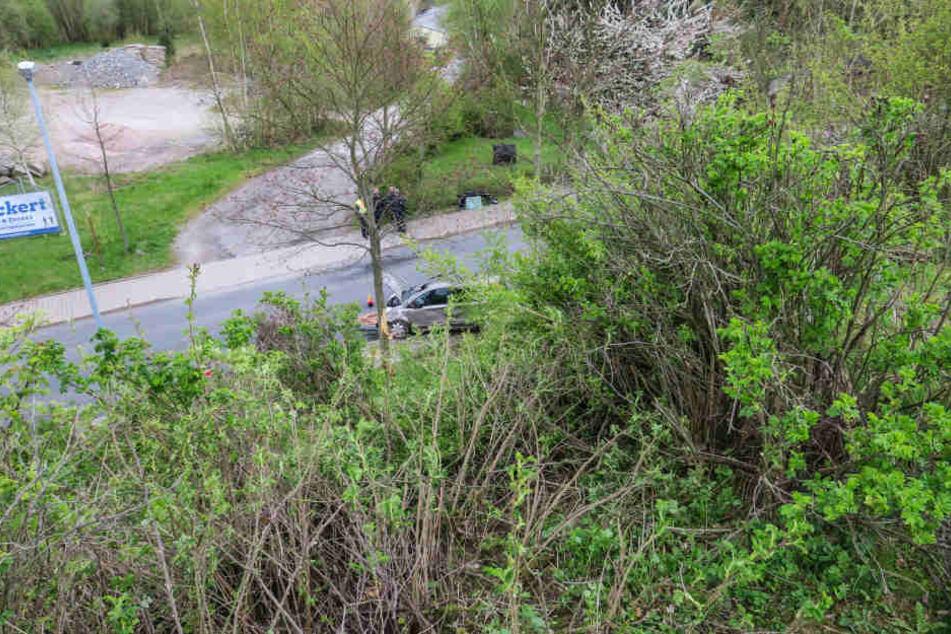 Der Nissan stürzte einen 15 Meter langen Abhang hinab.