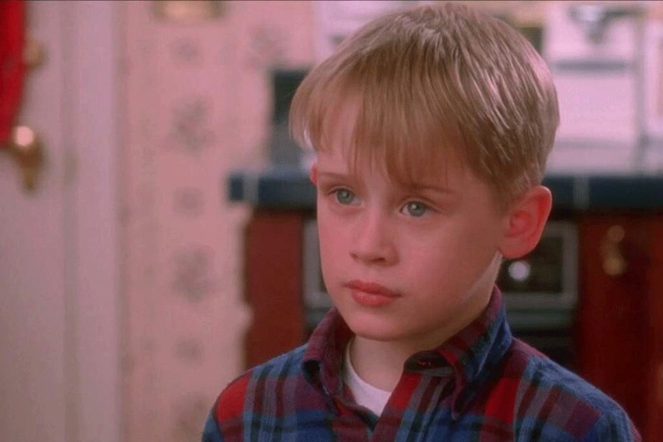 """In der Weihnachtskomödie """"Kevin - Allein zu Haus"""" wird der 8-jährige Kevin von seiner Familie versehentlich allein zu Hause zurückgelassen."""