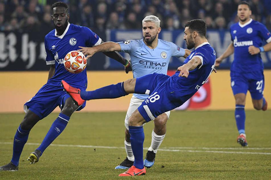 Brachte Manchester City in Führung: Sergio Agüero (M.), der hier versucht, Schalkes Daniel Caligiuri (vorne-rechts) den Ball abzuluchsen. Salif Sané (l.) drängt den Stürmer ein wenig ab.
