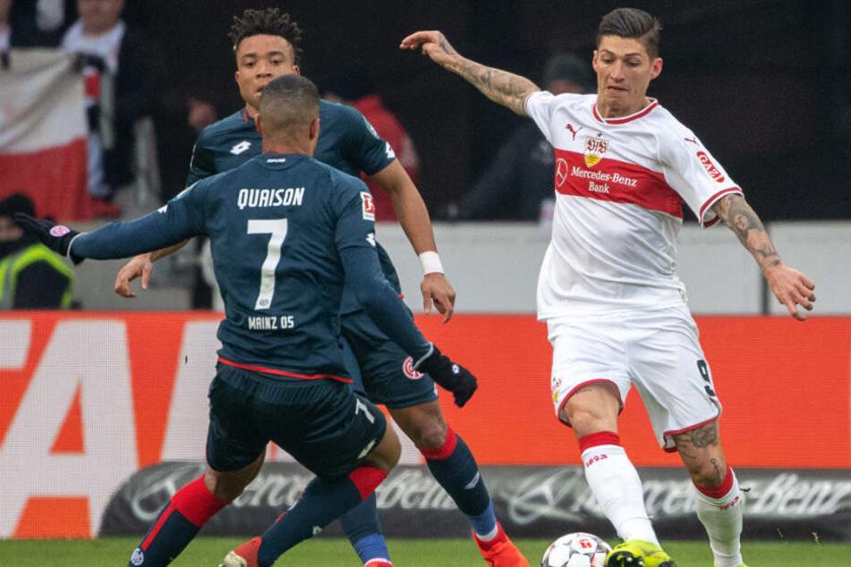 Er streichelt das Kunstleder: VfB-Mittelfeldmann Steven Zuber (r.) in der Begegnung gegen Mainz 05.