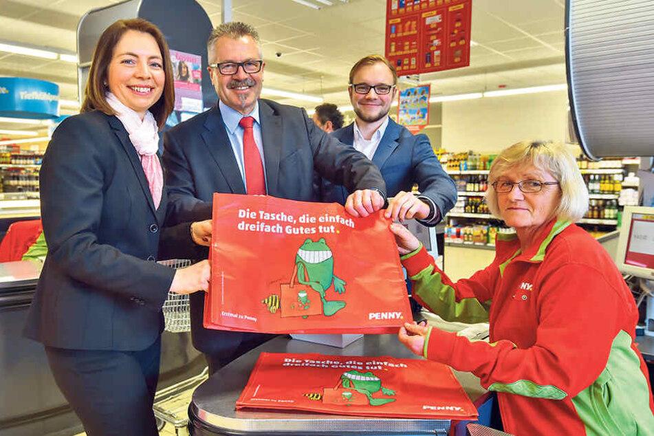 Weg mit Plastik! Ordnungsbürgermeister Miko Runkel (56, parteilos, 2.v.l.) hat die ersten Mehrwegtaschen von Penny begutachtet.