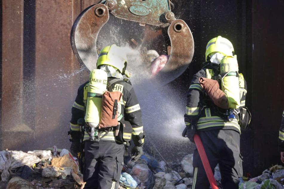 Die Feuerwehr konnte den brennenden Müll schnell löschen.