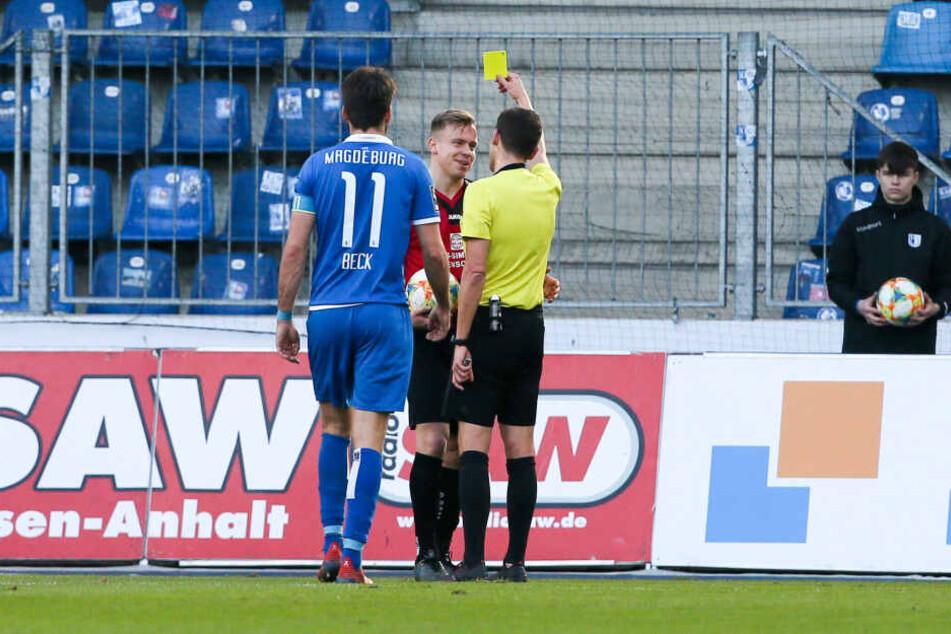 Schiri Christof Günsch zeigt Lennard Maloney (M.) Gelb. Um nicht eventuell später vom Platz zu fliegen,wurde der CFC-Debütant in der Pause ausgewechselt.