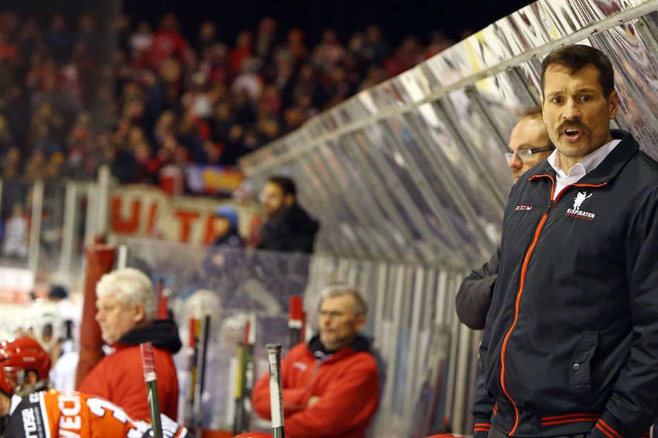 John Tripp beäugt skeptisch seine Mannschaft.